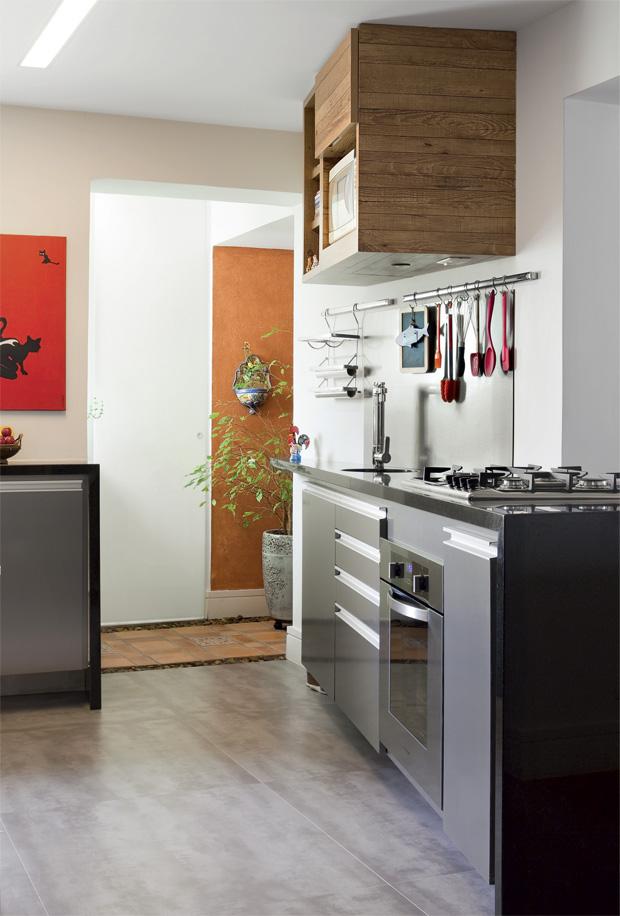 Cinza, madeira e utensílios expostos, trazendo modernidade e praticidade