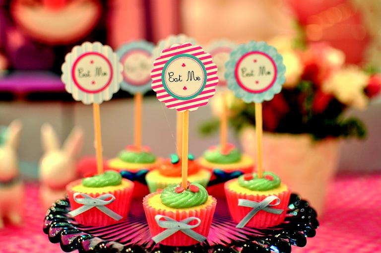 A decoração foi toda executada nas cores azul e rosa e a mesa, com quatro metros, tinha um painel de fundo de balões em degrade.