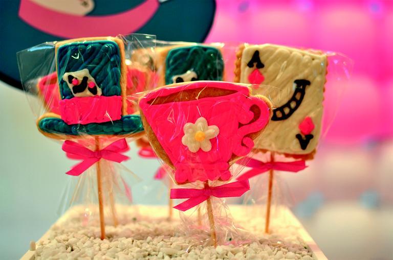 Foram escolhidos tecidos em diversas estampas – listras, bolinhas, florais e xadrez – que, juntos, deixaram a mesa feminina e delicada. www.partyinc.com.br