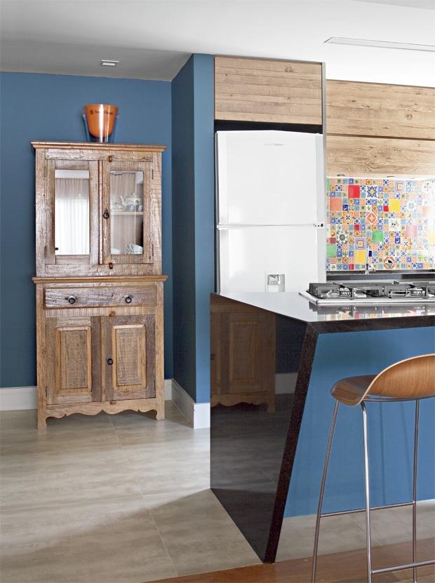 Armário de louças! A madeira maciça guarda louças brancas!Tão familiar, vibra nessa cozinha dando continuidade na madeira da parede!