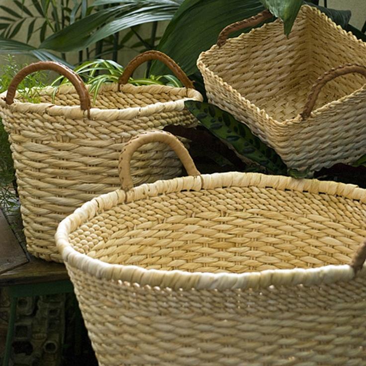 Cestos de palha!A beleza das tramas, a riqueza dos tons fazem dos cestos de palha hoje serem exibidos com orgulho na decoração!!