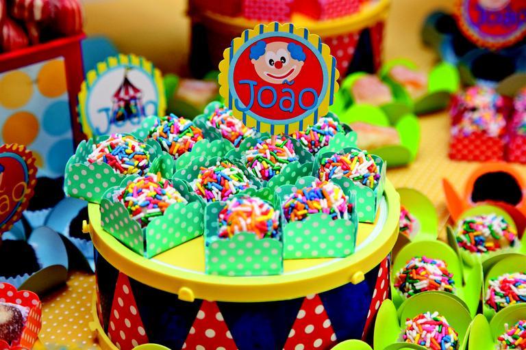 Além disso, brigadeiros enrolados em chocolate granulado colorido e de colher enfeitaram a mesa do bolo. www.hipihurra.com.br