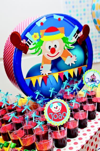 Todos os desenhos da decoração foram criados especialmente para o aniversariante,privilegiando as cores azul, vermelho e amarelo!