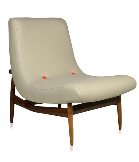 Poltrona LUNGAEstrutura em imbuia e assento revestido em tecido velosued bege com botões em vermelhos. Desmobilia R$ 1290,00