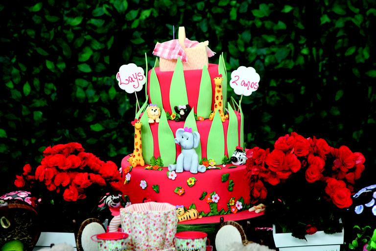 Algo diferente foi pensado para cada um dos espaços. No cantinho das guloseimas, por exemplo, balões carregados de maçãs do amor, algodão-doce em lata, pipoca colorida e balas personalizadas. Ainda no clima, docinhos em forma de flor e borboletas e forminhas coloridas com flores de tecido | ANDREA GUIMARÃES, tel. (11) 2292-8222, www.andreaguimaraes.com.br