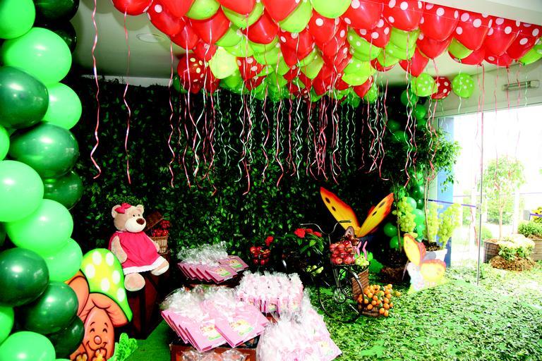 A ideia foi transformar o buffet infantil em um jardim onde as amigas da aniversariante pudessem se reunir para comer e se divertir.