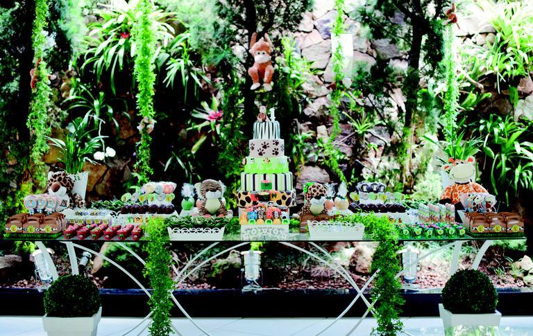 A ideia do Safári fez o ambiente se tornar uma savana encantada!A decoração priorizou a cor verde e marrom!!