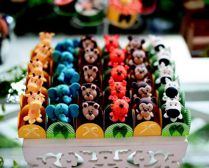 Os docinhos tinham formatos de animais e foram modelados em açúcar com recheio de brigadeiro, nozes, limão siciliano e morango. www.festeggiarebambini.com.br