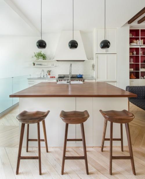 A cozinha é simples, uma ilha bem colocada  traz o charme e os pendentes trazem o equilibrio.