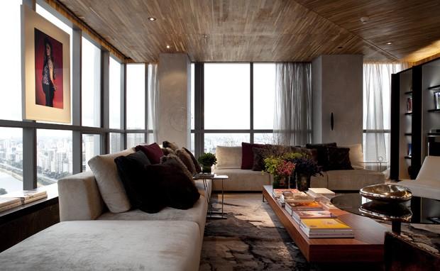 A madeira no teto aquece!!! Ambiente Incrivel de Fernanda Marques!