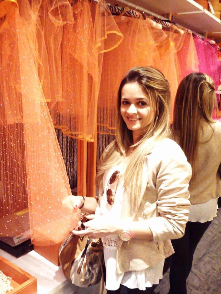 Ahh que alegria o loft da blogueira!! Lindo! Adriana Noya, arquiteta. Idealizado para uma blogueira de moda que dita tendências, apresenta base clássica com acento contemporâneo e a predominância das cores rosa e laranja nos detalhes. Na sala, a decoração combina elementos como um tapete antigo tingido de pink a outros modernos, a exemplo da luminária com cúpula rosa da Kartell, lançamento da marca. Peças divertidas e ultrafemininas estão representadas pelo papel de parede com desenho de uma cortina de pérolas e uma batedeira repleta de cristal Swarovski.