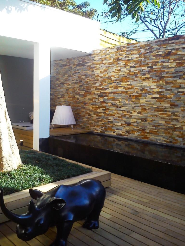 Essa área externa é inspiradora! O uso perfeito dos pisos e revestimentos! Adorei!