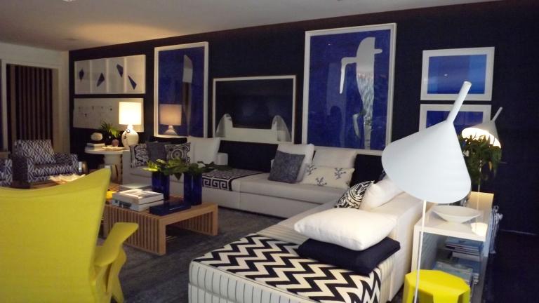 No living, cujas paredes levam revestimento de palha de seda, os visitantes se encantam com as telas e fotografias de artistas como Tomie Ohtake, Carlito Carvalhosa e Alain Burgier, entre outros.