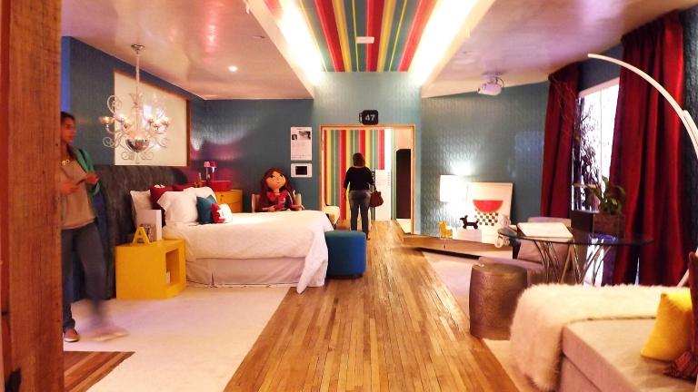 Lindoo!! Toda menina merece um espaço vibrante assim! A suite da menina da Renata Coppola, arquiteta. A aposta em tonalidades vibrantes para deixar o ambiente alinhado com os desejos e sonhos de uma adolescente ligada em moda e ao universo virtual. .