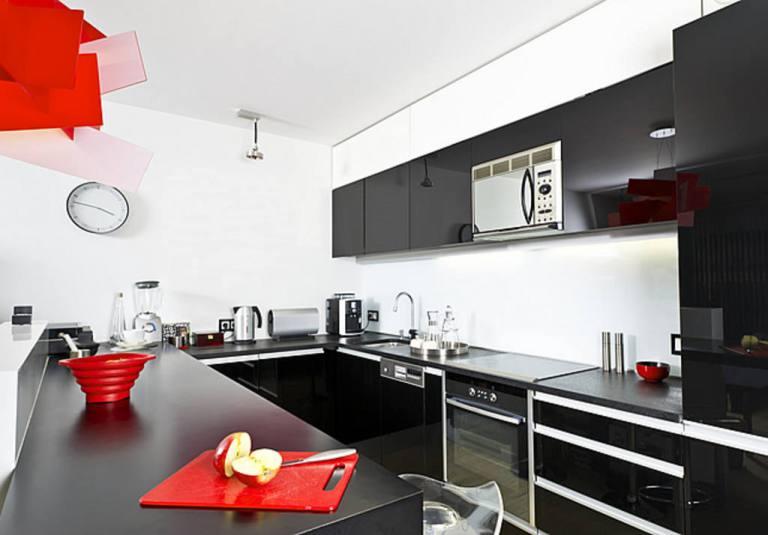Mesmo com a sobriedade e poder do preto sua cozinha pode ser divertida com acessórios e algum revestimento colorido!