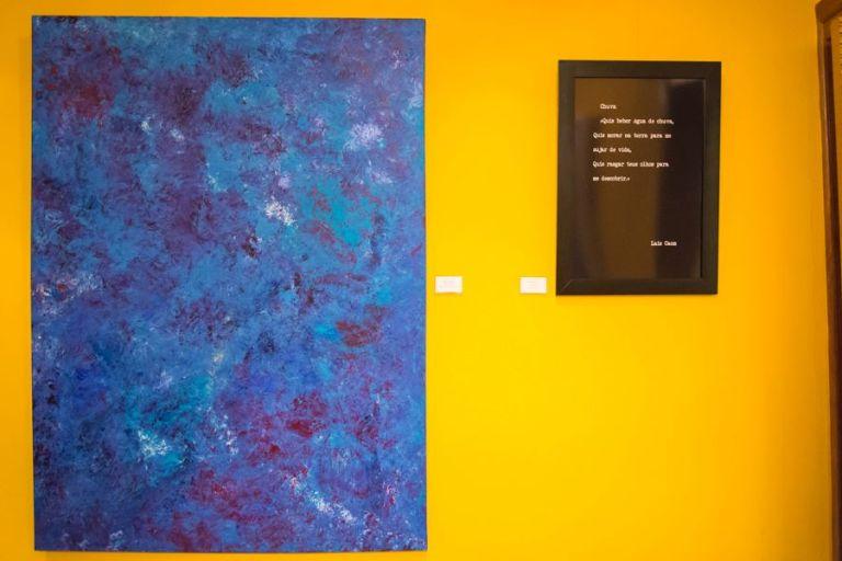 """Tela """"Quarta Dimensão"""" e uma das obras literárias da escritora Laís Caom"""