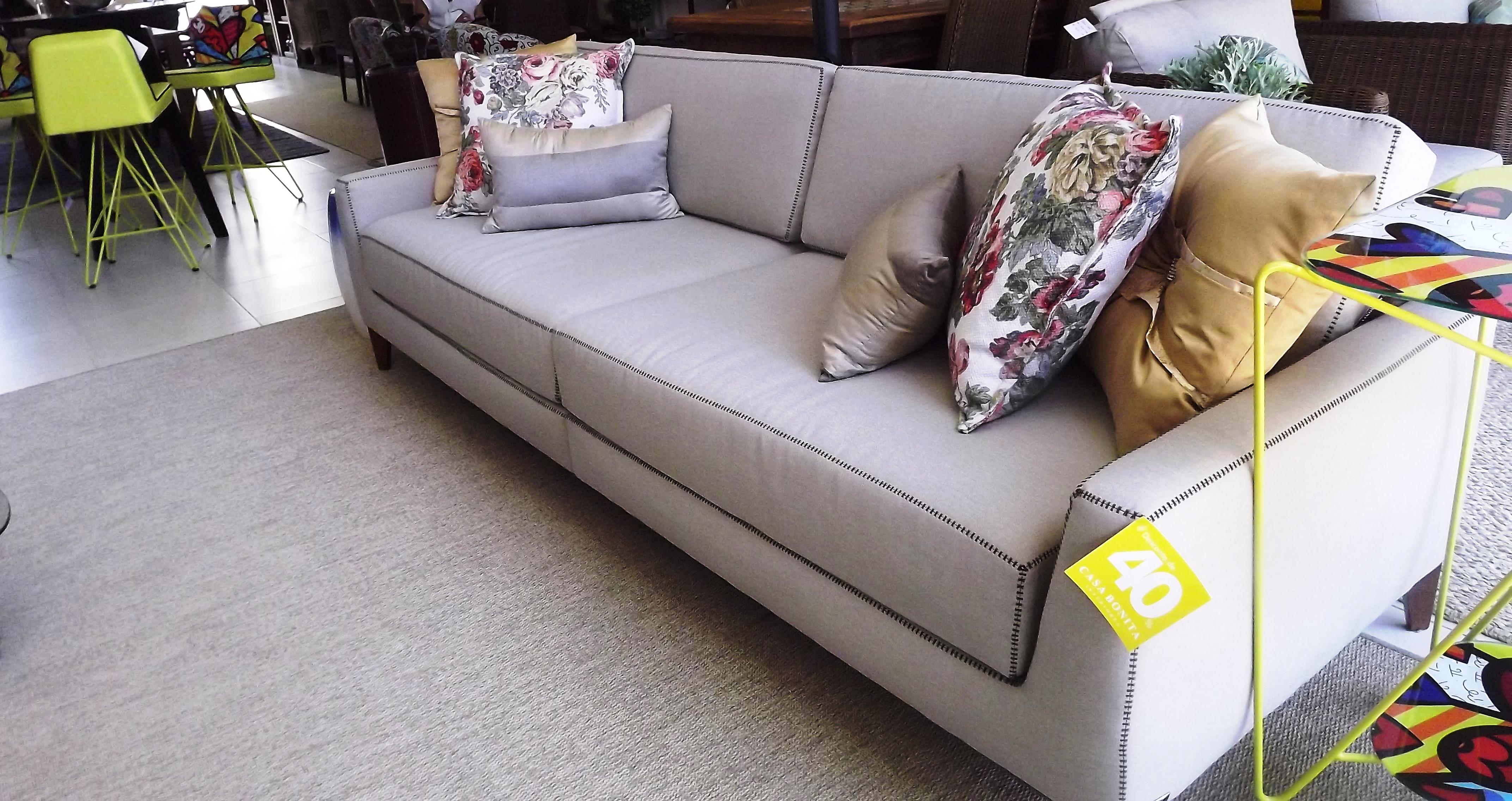 Sofá e almofadas coloridas