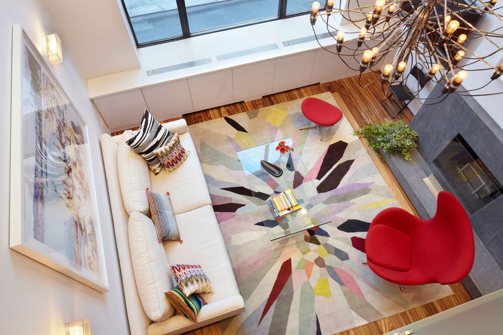 living com tapete colorido em destaque