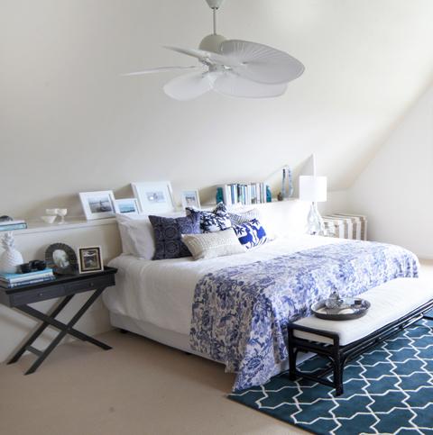 detalhe do tapete azul compondo o ambiente clean