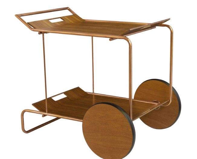 Uma linda estrutura acobreada sustenta esse lindo carrinho de chá de Fernando Jaeger.