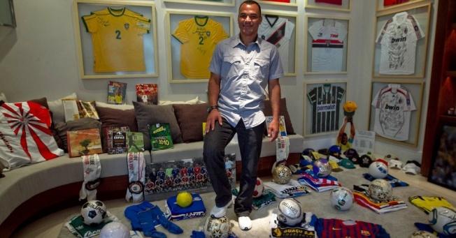 Cafú em meio a seus prêmios, camisas e troféus de sua carreira no futebol em sua casa!!!!