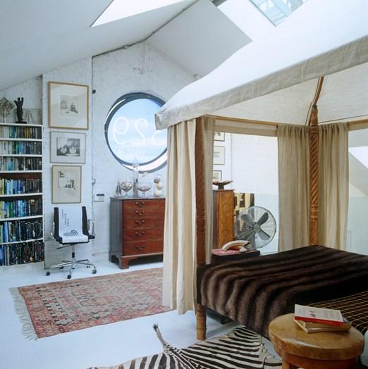 quarto com cama dossel e tenda
