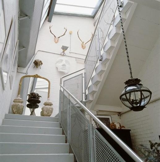 detalhes da escada com obras de arte