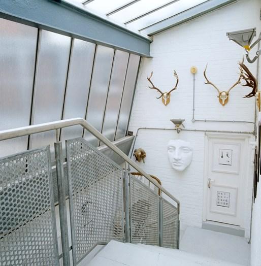 escada que abriga obras de arte
