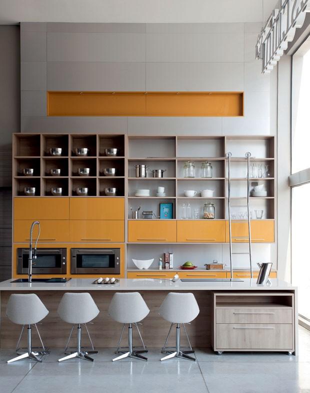 Cores nos detalhes dos armários na cozinha!! Uma tendência, um encanto!!