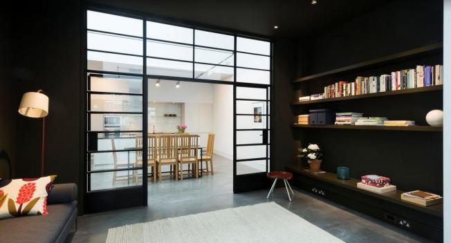 Sala de descando com paredes pretas, cores fortes nos detalhes aquecem e divertem o ambiente!!!