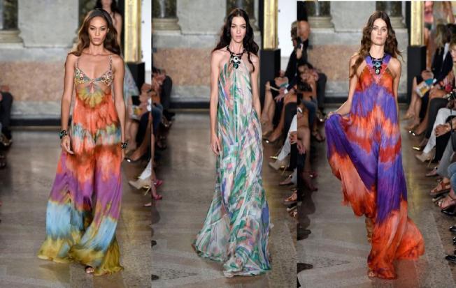 Nesta primavera-verão 2015 a Emilio Pucci volta totalmente para os 70′s, como manda a tendência em Milão, com bordados florais luxuosos e vestidões em tie-dye. As estampas que são marca da Pucci aparecem nas transparências de seus lindos vestidos .