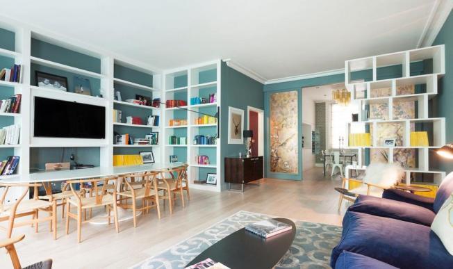 Veja como as paredes envolvem os objetos de decoração em suas diversas cores!!