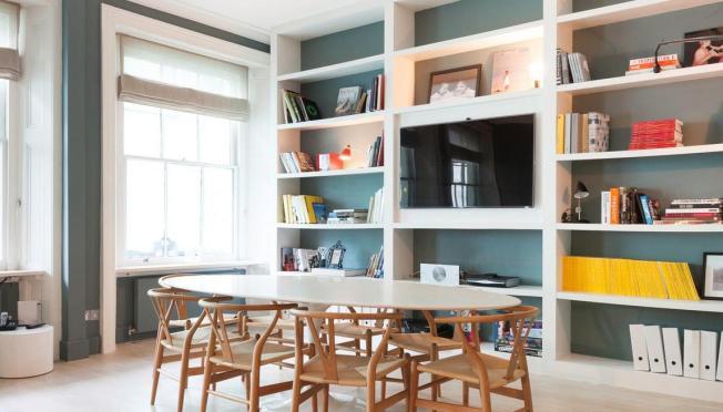 A parede azul deu profundidade, o mobiliário se destaca no ambiente!!!