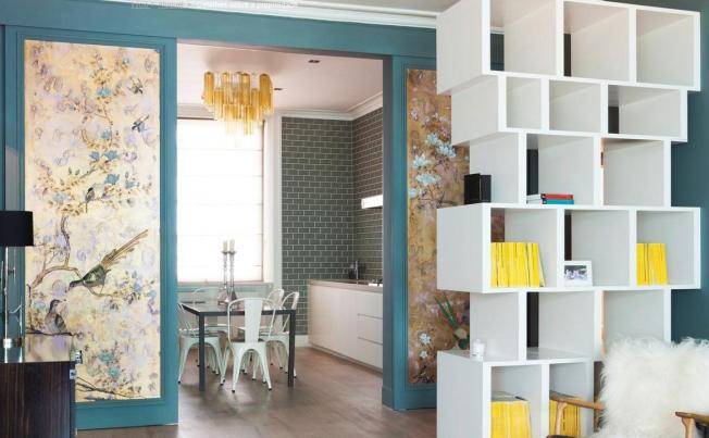 A parede azul se torna uma moldura para o papel de parede de pássaros!