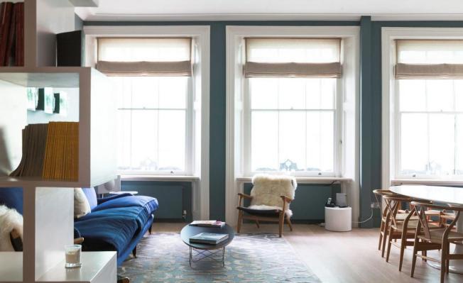 Um tom de azul na parede e outro no sofá!! Um ambiente leve!!