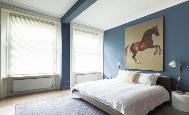 Uma suíte minimalista que destaca o azul como seu maior preenchimento!!