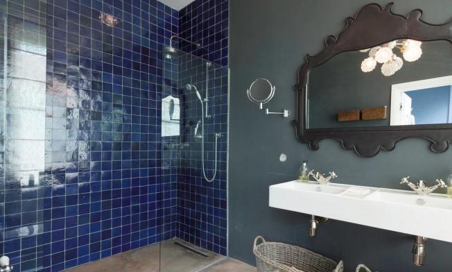O Revestimento azul no banheiro!! Sofisticação!!