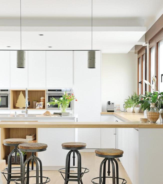 Bancos de ferro e assento em madeira compondo a cozinha com linhas retas e design moderno!!