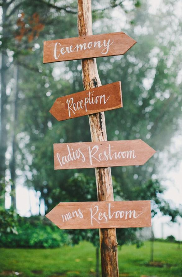 Muito charme e estilo nas placas sinalizadoras de madeira.