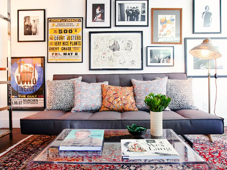 A parede com vários quadros chegou para ficar no mundo da decoração, ela dá liberdade e personalidade ao ambiente. O mesmo acontece com o uso de diversas almofadas em tamanhos e estampas. Abuse!!!