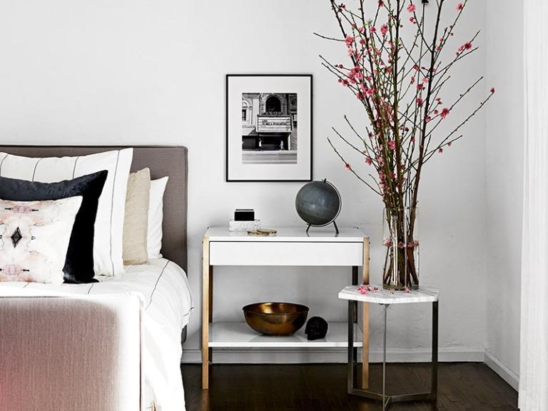 O uso de diferentes mesas de cabeceira juntas , o arranjo de flores e as peças de decoração saindo do comum!!!