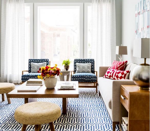 Os tons neutros se destacam graças as cores nas almofadas e tapetes!!