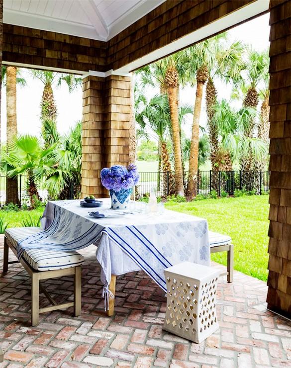 Mesas na varanda, em espaço gourmet são peças muito procuradas, usar o mix de cadeiras e bancos dará o toque especial, não esqueça de uma linda toalha de mesa, flores e louças para compor e receber os amigos!!!