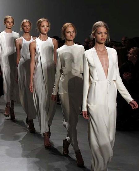Total white em texturas especiais trazem feminilidade e delicadeza a esta coleção.
