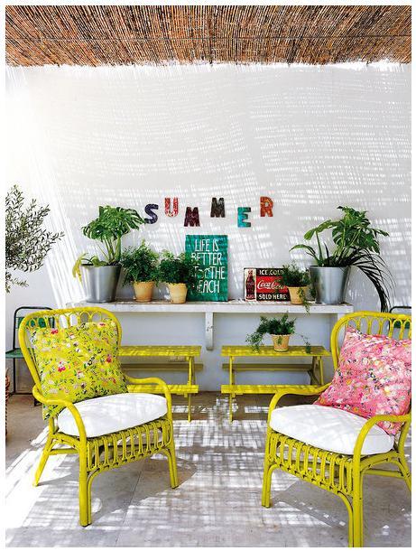 A estrutura das poltronas em amarelo deixaram o ambiente alegre e ainda recebem muito bem as almofadas estampadas.