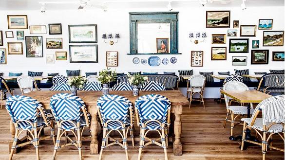 Cadeiras de jantar estampadas estão sempre em alta e compor a sala com bancos e almofadas em outra estampa dão continuidade na decoração.
