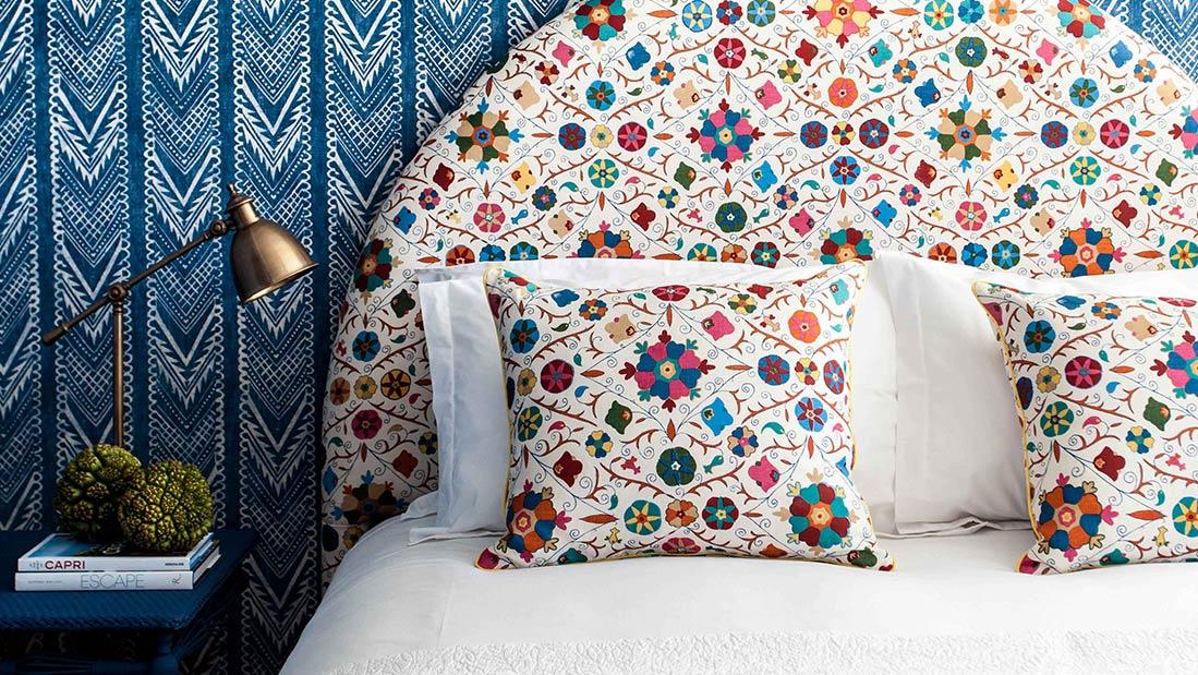 Com o azul na parede ficou mais fácil para usar a criatividade na cabeceira e no enxoval do quarto.
