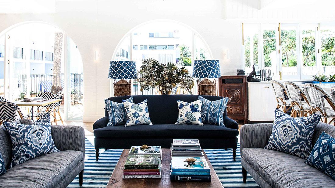 O azul é a cor mais escolhida nas lojas de tecido para compor estofados, tapetes e almofadas. Por trazer tranquilidade o azul se destaca em todos os ambientes da casa.