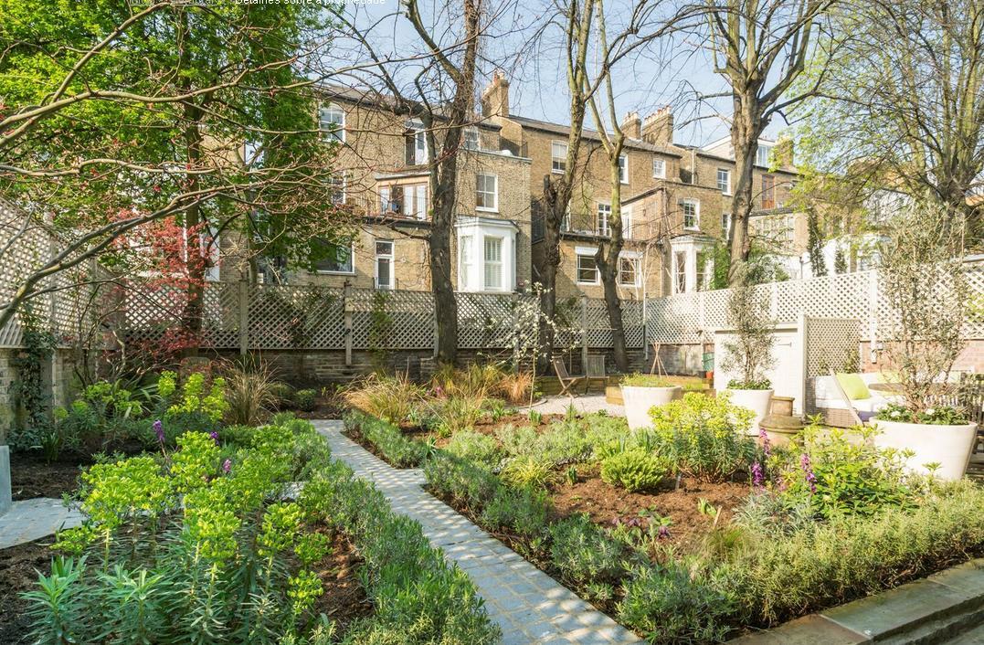 Para uma casa com um belo terreno em seu entorno, prepare um jardim, uma horta e no plantio de arvores para lhe proporcionar uma bela sombra e atrair os pássaros.