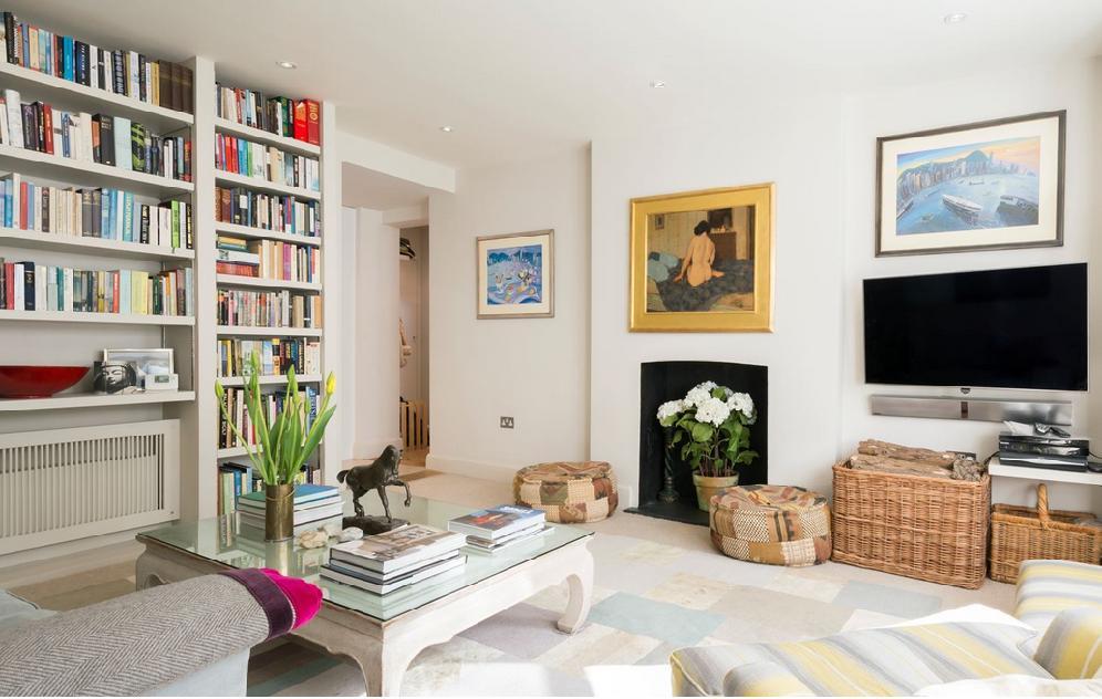 Uma sala de descanso pode receber uma bela estante, quadros por toda parede e estofados bem confortáveis.